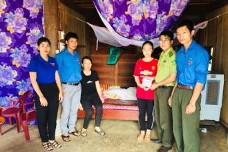 Chi đoàn HKL VQG Phong Nha - Kẻ Bàng trao học bổng cho học sinh nghèo vượt khó
